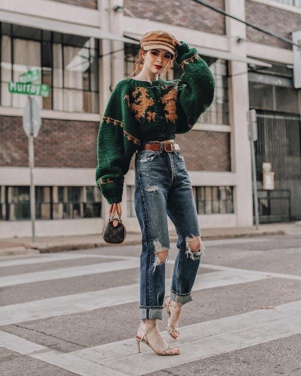 Jane Aldridge dù diện đồ ấm áp nhưng vẫn vô tư khoe khéo vòng eo thon nhỏ bằng cách mix áo len dáng crop top cùng quần jean rách gấu. Để khiến vóc dáng thêm phần cao ráo, cô sử dụng phụ kiện đi kèm là đôi sandals quai mảnh.