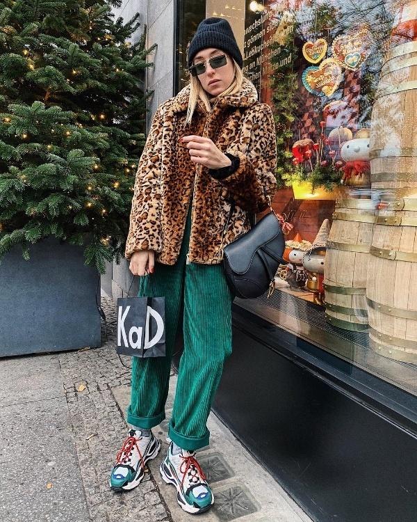 Phá cách, nổi bật chính là những nét chính trong phong cách của Sonia Lyson. Kết hợp áo khoác lông họa tiết da báo với quần nhung tông xanh là và giày sneaker hầm hố chính là lựa chọn của fashionista này.