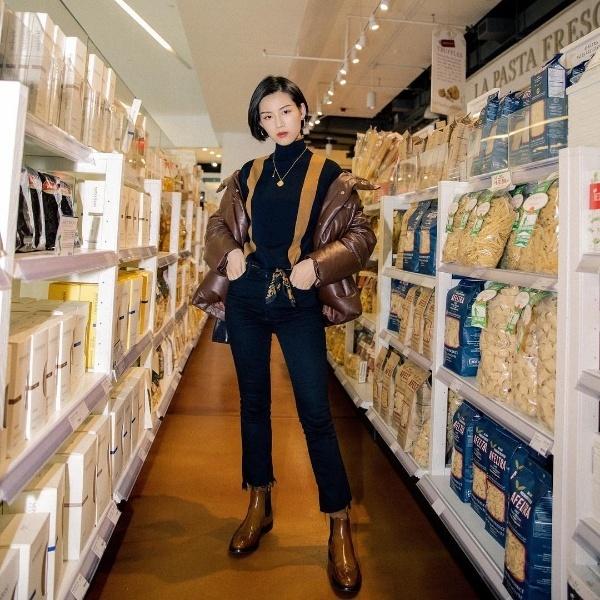 Suggy mang đến gợi ý về một set đồ vừa ấm áp lại vừa hài hòa về màu sắc khi được kết hợp ăn ý giữa hai tông màu nâu đen với các items như áo khoác phao, quần jean ống vẩy, boots da...