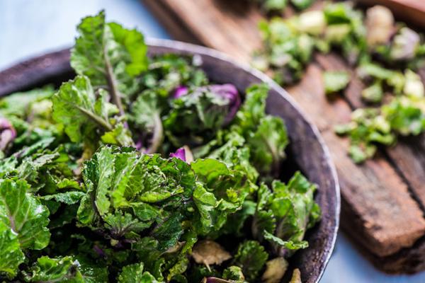 Rau lá xanh  Các loại rau lá xanh có hàm lượng vitamin B cao, giúp giảm sự giữ nước, đồng thời cung cấp các vitamin, khoáng chất, chất xơ và chất chống oxy hóa, hỗ trợ đào thải độc tố, chất béo khỏi cơ thể nhanh chóng.