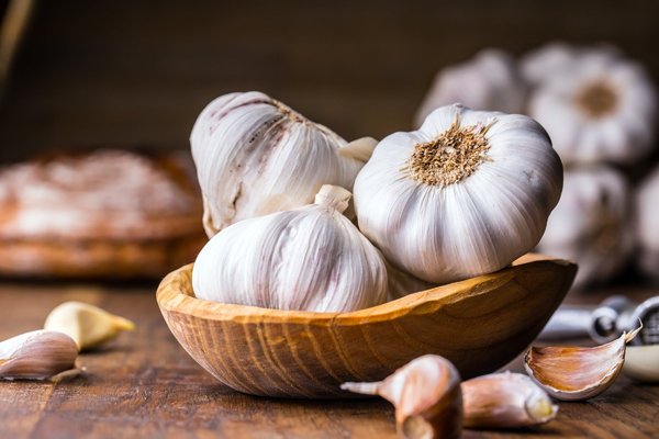 Tỏi  Tỏi chứa nhiều vitamin B6, vitamin C, mangan và selen. Nó cũng giàu các khoáng chất khác như phốt pho, kali, canxi, sắt và đồng, giúp tăng cường miễn dịch, giảm viêm, phòng chống lão hóa sớm.