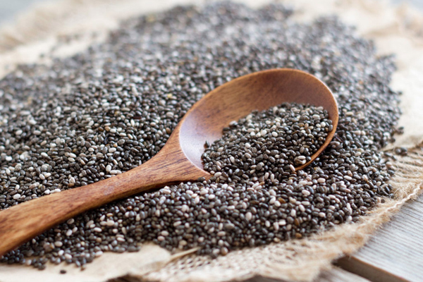 Hạt chia  Hạt chia rất giàu chất dinh dưỡng cần thiết như omega 3, canxi, kali và magiê. Mỗi thìa hạt chia chứa khoảng 4 g chất xơ.