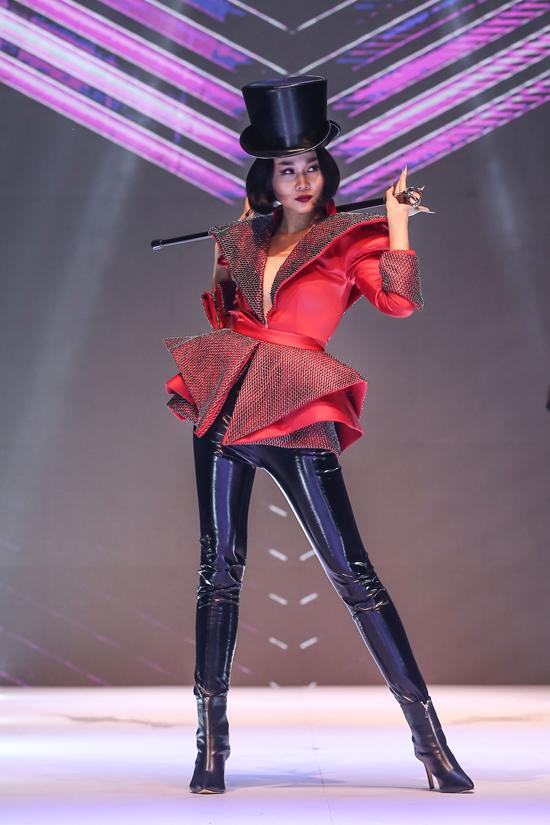 Góp mặt trong sự kiện kết hợp thời trang và nghệ thuật trang trí móng, Thanh Hằng gây ấn tượng khi chọn trang phục họa tiết pop art.