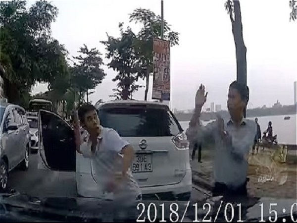 Không chịu nhường đường, hai tài xế đánh nhau