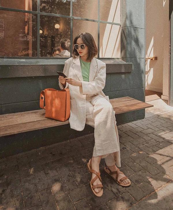 Túi da nâu là sản phẩm được nhiều cô nàng mê dòng thời trang hoài cổ yêu thích. Phụ kiện này thường được chọn làm điểm nhấn cho những set đồ màu trắng, đen và màu trung tính.