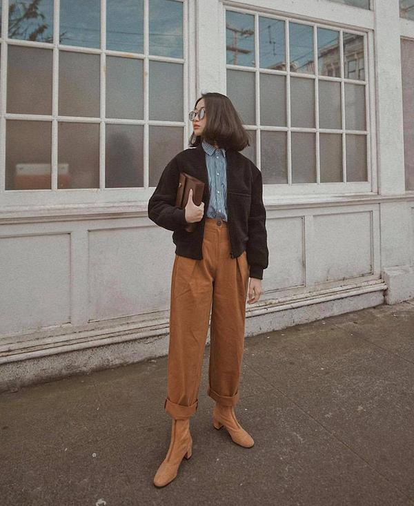 Đối với những cô nàng yêu phong cách vintage thì quần áo màu dung dị là thứ không thể thiếu. Quần kaki mang tạo nên chút tinh nghịch khi được phối cùng áo khoác dáng lửng, sơ mi kẻ và bốt hợp mùa.
