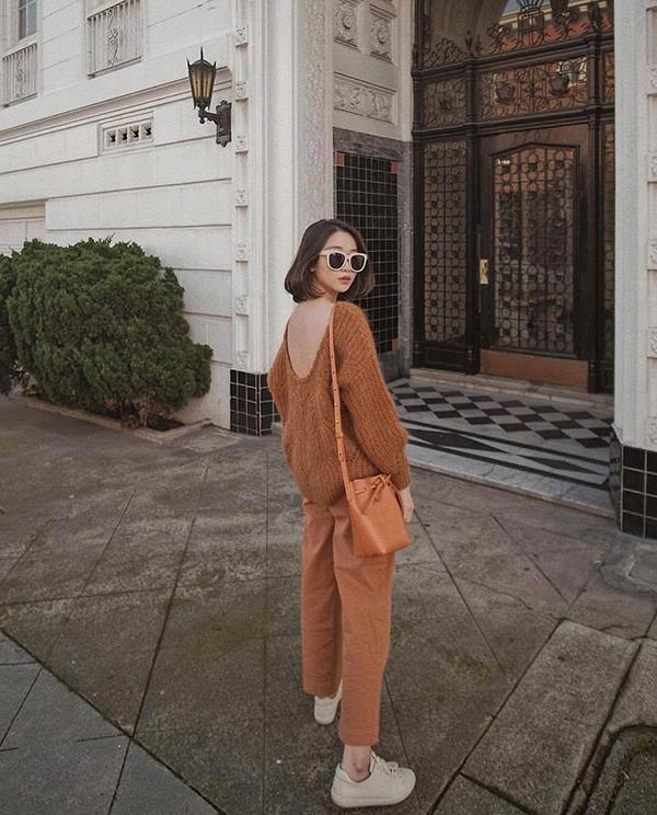 Khi diện đồ nâu, những cô nàng sành điệu thường chọn thêm trang phục và phụ kiện tông trắng để cân bằng cho tổng thể.