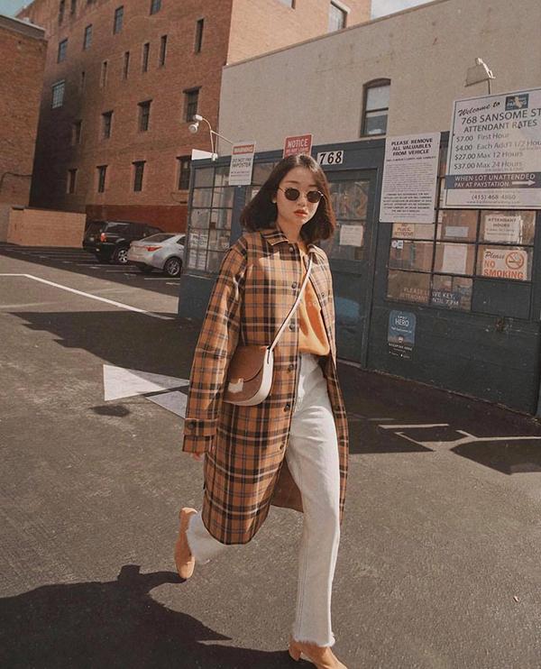 Áo khoác dáng dài cắt may trên chất liệu vải in hoạ tiết kẻ tartan - một trong những xu hướng được ưa chuộng ở mùa mốt năm nay.