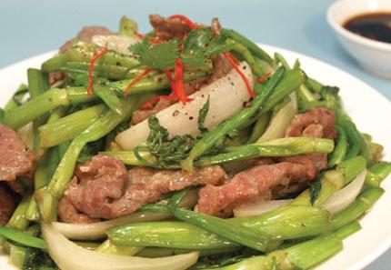 Người bị viêm đường tiết niệu nên bổ sungmón thịt heo xào rau cần, mã thầy vào bữa ăn hàng ngày