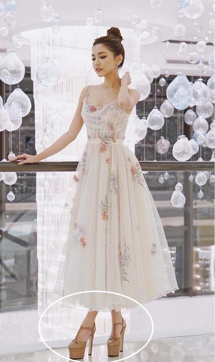 Bộ váy trắng hoa mong manh nhẹ nhàng, Bích Phương mắc sai lầm lớn khi chọn đôi giày cao gót nặng nề này.. Với trang phục này một đôi giày cao gót búp bê sẽ làm cho trang phục thêm phần tao nhã hơn.