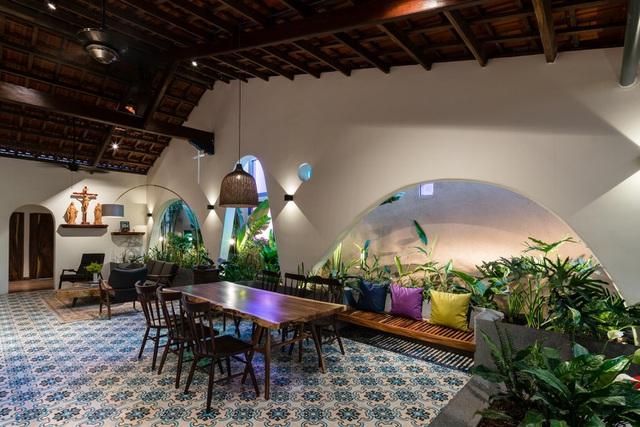 Mê mẩn nhà mái gỗ tuyệt đẹp, có sân thượng xanh mướt đủ loại cây ở Vũng Tàu - Ảnh 2