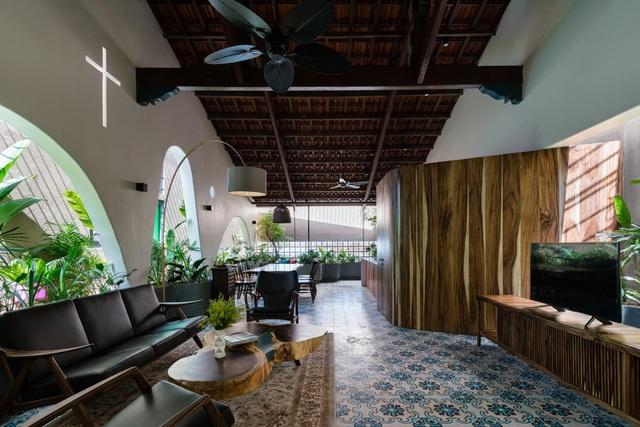 Mê mẩn nhà mái gỗ tuyệt đẹp, có sân thượng xanh mướt đủ loại cây ở Vũng Tàu - Ảnh 1