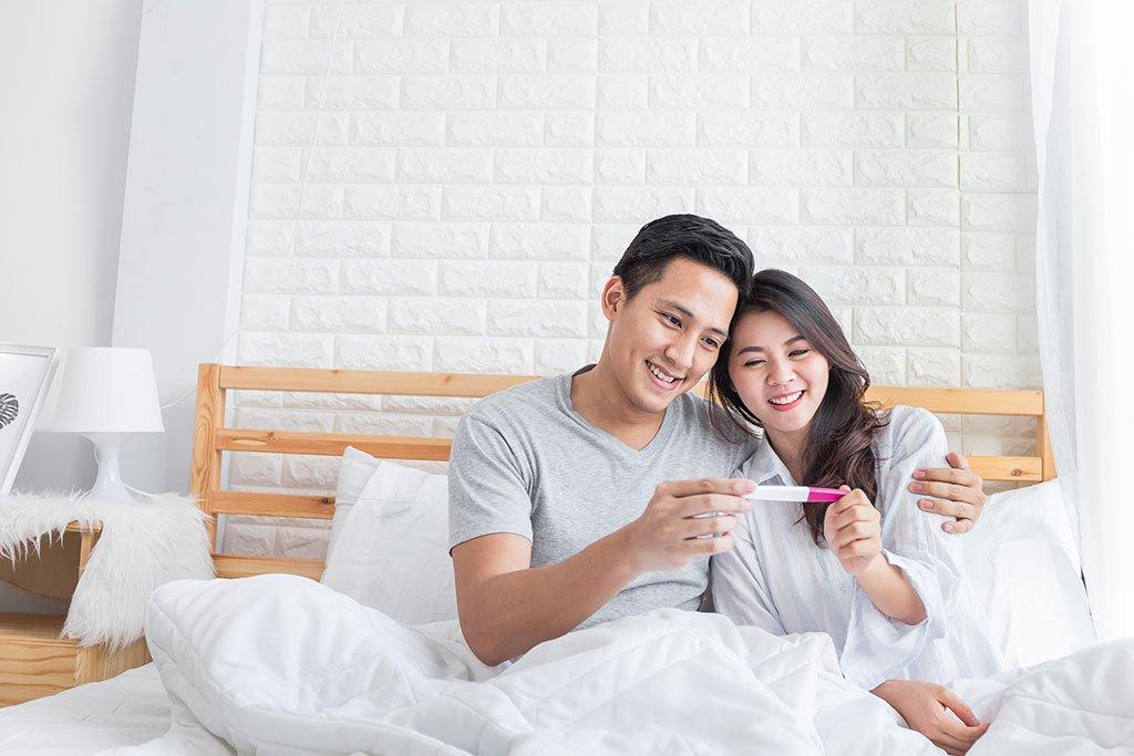 3 tư thế quan hệ giúp vợ chồng hiếm muộn tăng khả năng thụ thai - Ảnh 1