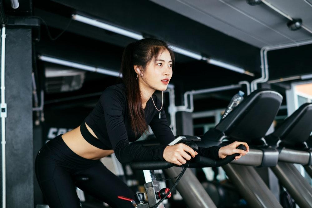 Hé lộ 4 bí quyết giảm cân an toàn để có được vòng eo 'con kiến' dành cho người bận rộn - Ảnh 1