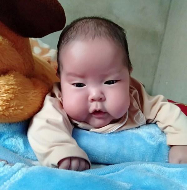 Em bé sơ sinh nhẹ cân nhất Việt Nam đón cái Tết đầu tiên với sự thay đổi bất ngờ - Ảnh 3