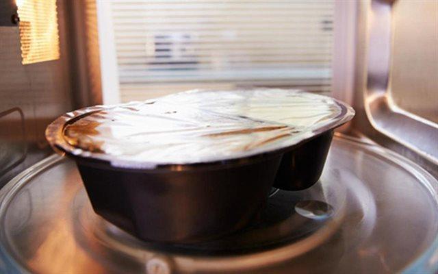 Đừng mắc những sai lầm này khi dùng màng bọc thực phẩm bảo quản thức ăn thừa ngày Tết, hậu quả khôn lường - Ảnh 2