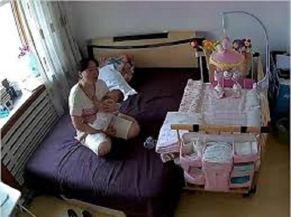 Giúp việc nghỉ tết về quê, người mẹ trẻ dỗ mãi mà con không chịu ngủ, khi kiểm tra camera lập tức bật khóc - Ảnh 2