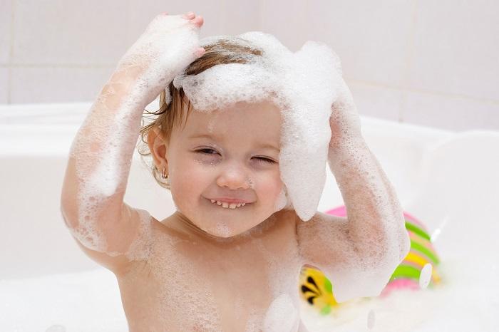Trời trở lạnh, mẹ tránh tắm cho con vào 3 thời điểm nguy hiểm, dễ sinh ôm sốt - Ảnh 1