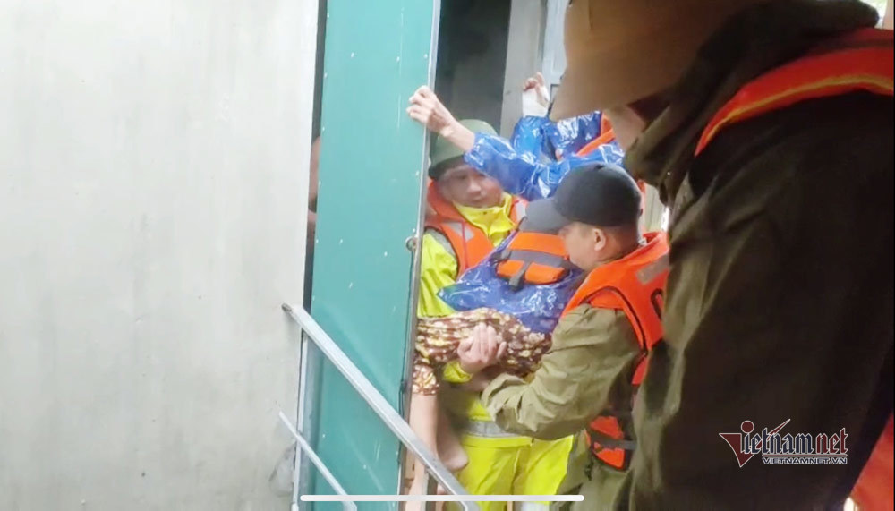 Giải cứu cụ già bị gãy cả tay, cả chân khỏi rốn lũ Quảng Bình - Ảnh 1