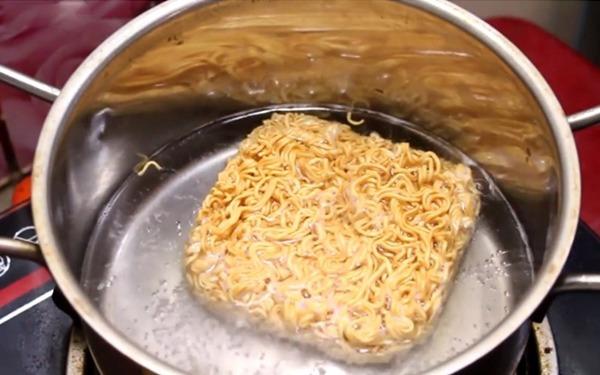 Nấu mỳ tôm cho ngay vào nồi là sai, đây là cách nấu vừa ngon vừa tăng thêm dinh dưỡng - Ảnh 1