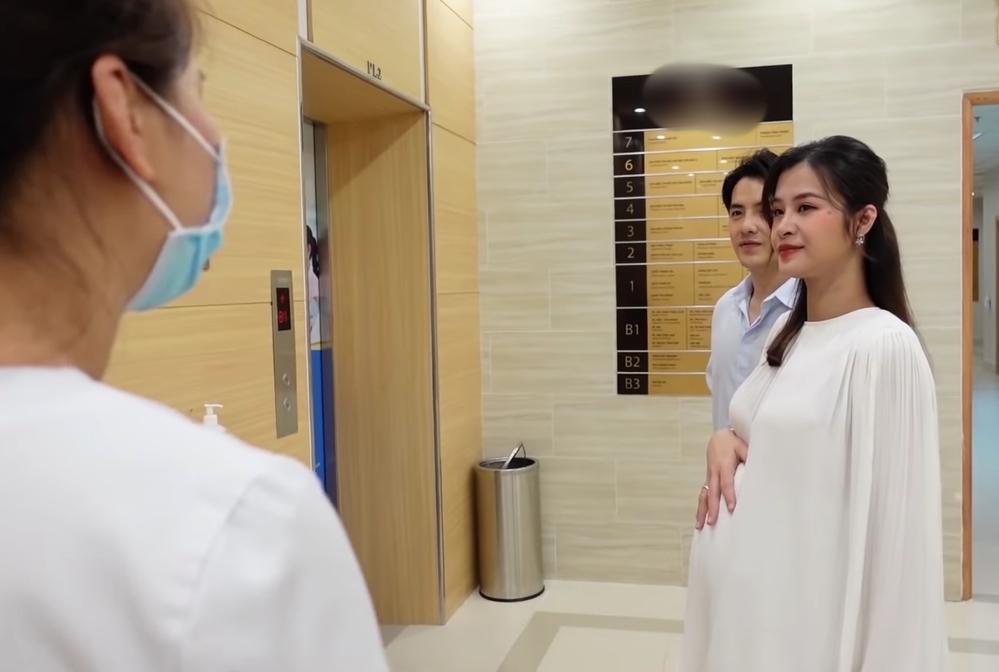 Vợ chồng Đông Nhi đi kiểm tra phòng sinh trước khi con gái chào đời - Ảnh 2