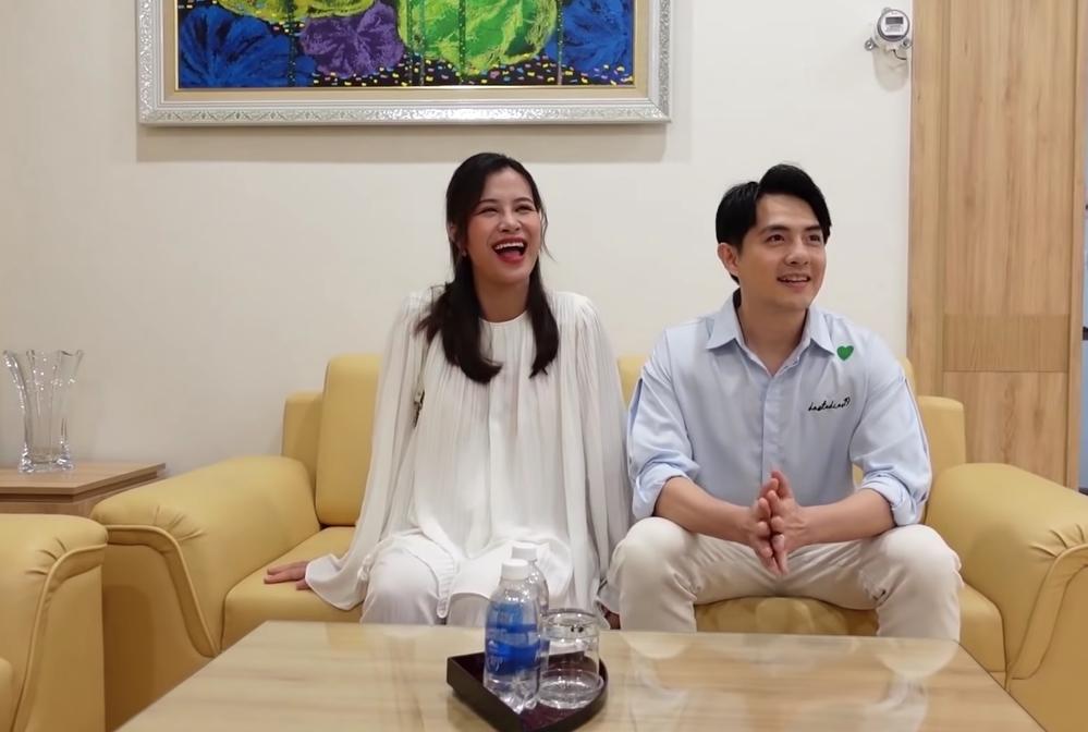 Vợ chồng Đông Nhi đi kiểm tra phòng sinh trước khi con gái chào đời - Ảnh 3