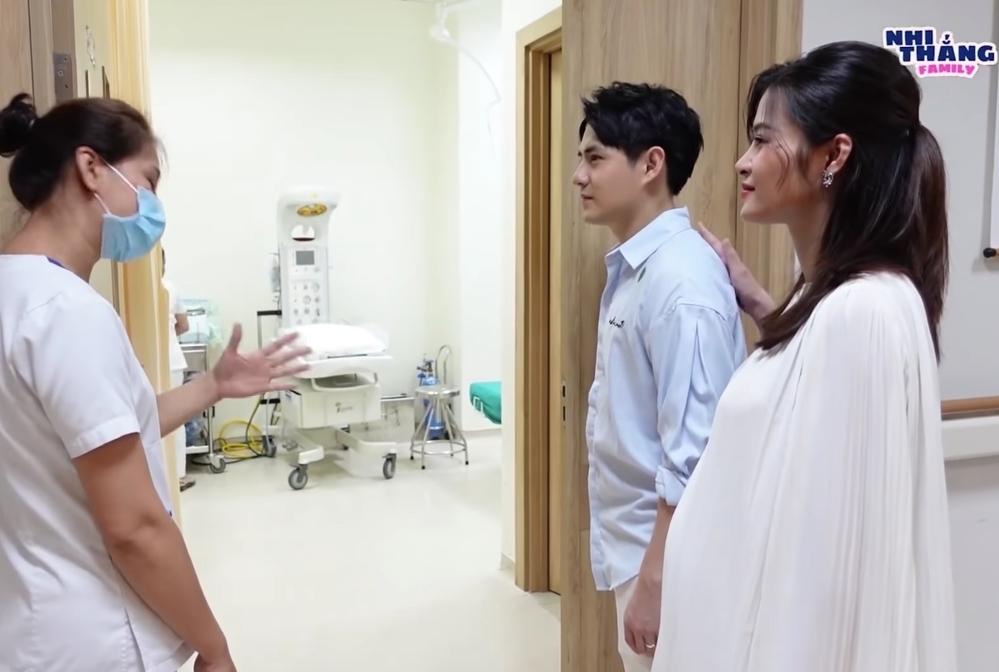 Vợ chồng Đông Nhi đi kiểm tra phòng sinh trước khi con gái chào đời - Ảnh 4