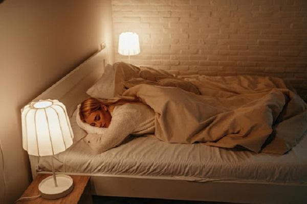 4 thói quen xấu khi ngủ hủy hoại sức khỏe, tăng nguy cơ đái tháo đường, tăng huyết áp, tim mạch và đặc biệt là tuổi thọ - Ảnh 1
