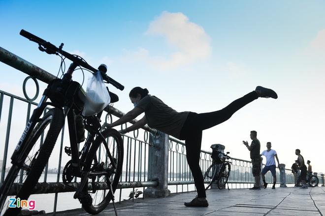 Hà Nội tìm người tập thể dục ở hồ Tây liên quan ca F0 - Ảnh 1