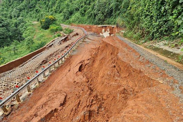 Đường du lịch gần 30 tỷ ở Đắk Nông sạt lở như bị động đất - Ảnh 1