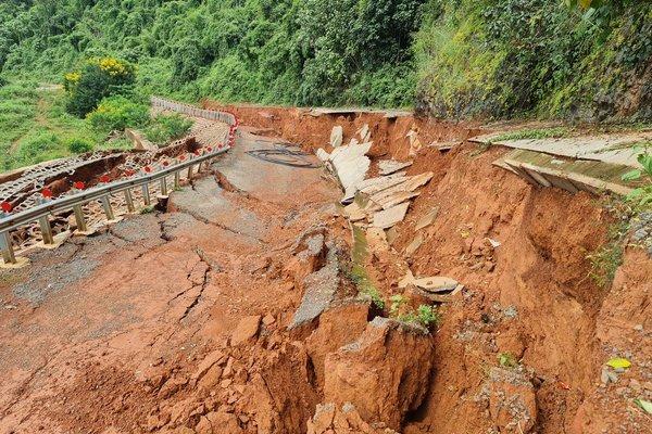 Đường du lịch gần 30 tỷ ở Đắk Nông sạt lở như bị động đất - Ảnh 2