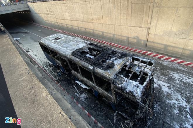 Xe buýt bị thiêu rụi trong hầm chui An Sương - Ảnh 1