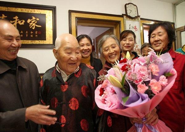 Bị ung thư lúc 50 tuổi nhưng vẫn sống khỏe mạnh tới 108 tuổi nhờ 3 thực phẩm quen thuộc, chợ Việt bán đầy - Ảnh 1