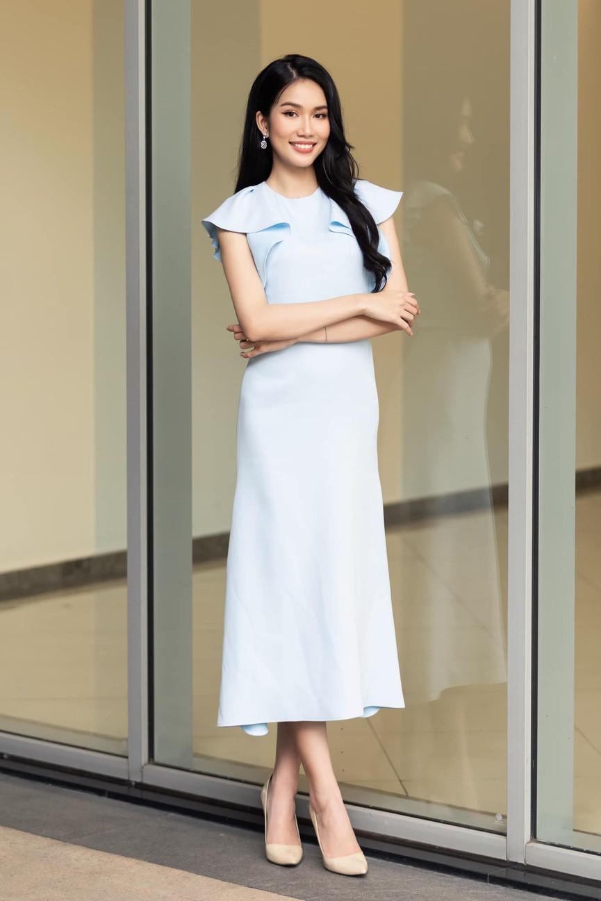 Á hậu Phương Anh mặc áo crop-top khoe vòng eo 'con kiến' - Ảnh 1