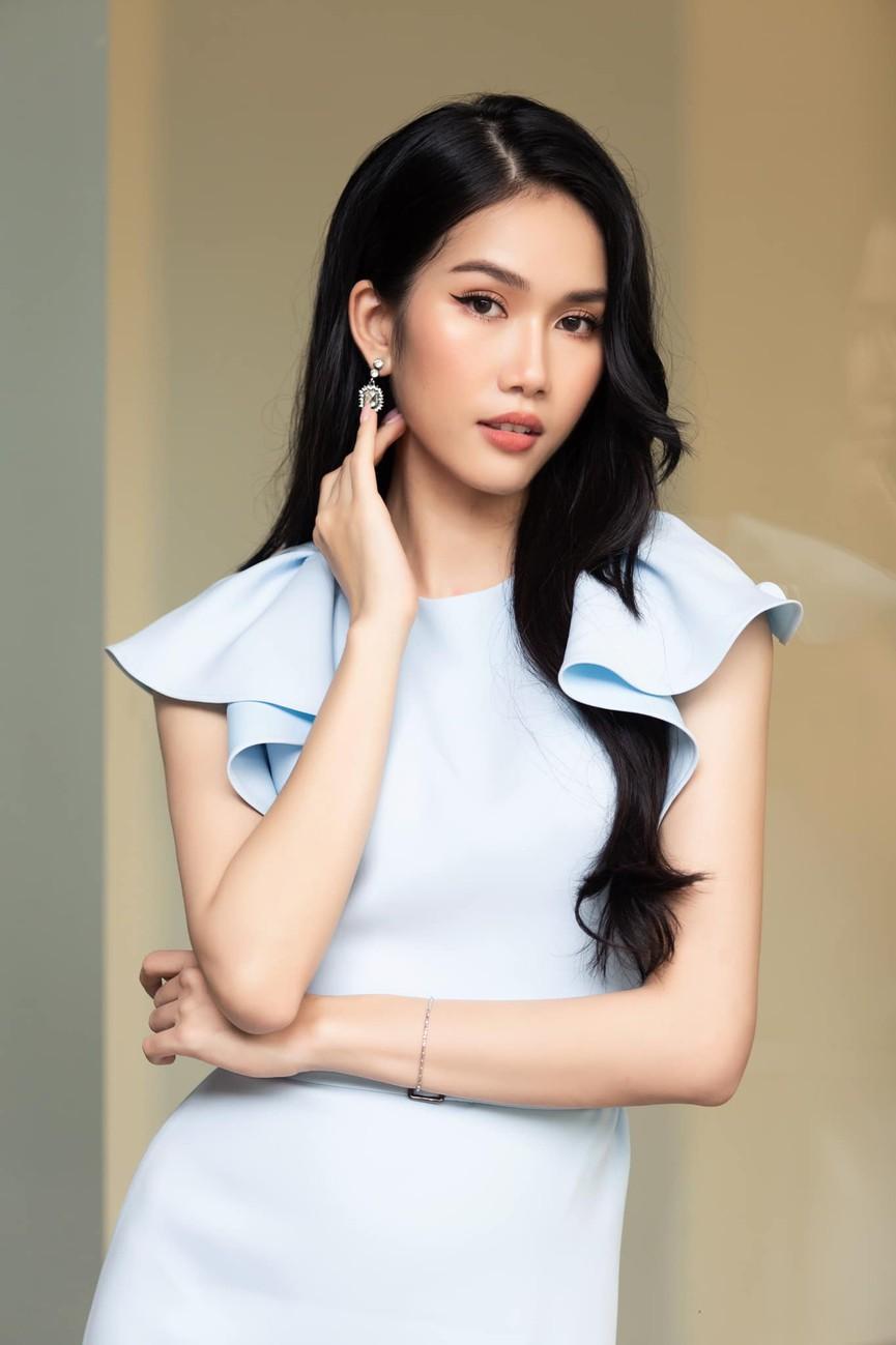 Á hậu Phương Anh mặc áo crop-top khoe vòng eo 'con kiến' - Ảnh 2