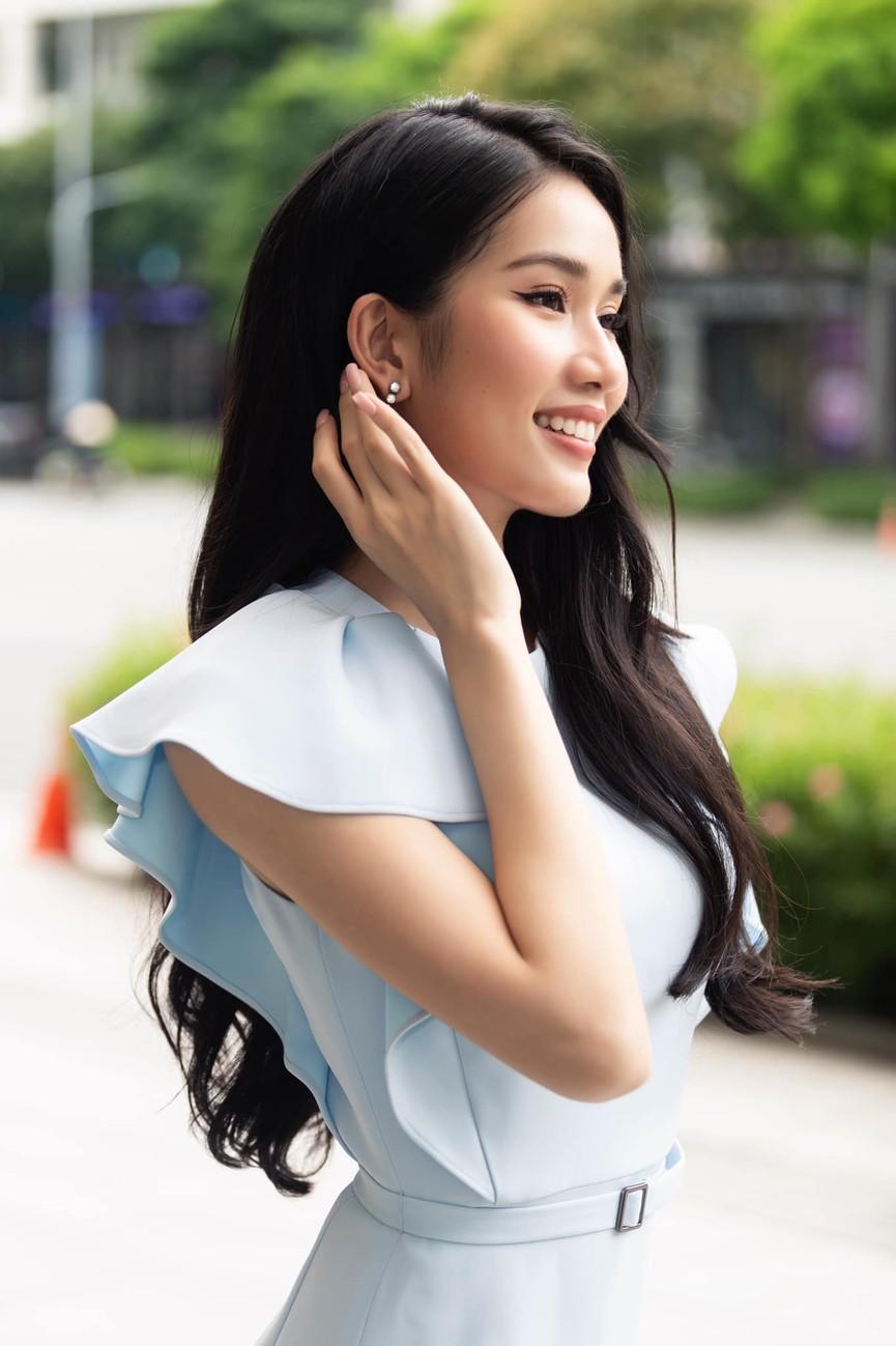 Á hậu Phương Anh mặc áo crop-top khoe vòng eo 'con kiến' - Ảnh 3