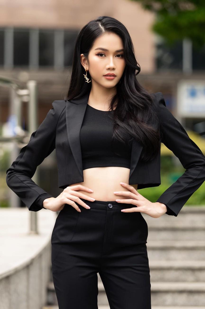 Á hậu Phương Anh mặc áo crop-top khoe vòng eo 'con kiến' - Ảnh 4