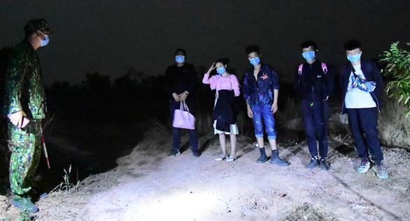 Bắt 5 người Trung Quốc nhập cảnh trái phép, đi từ Bắc vào Nam để trốn qua Campuchia - Ảnh 1