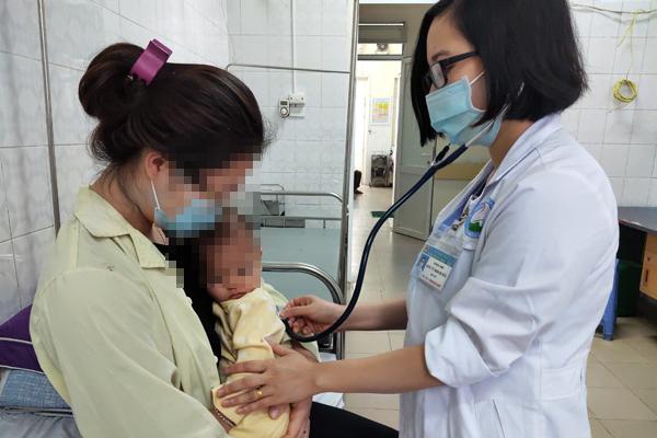 Bé 1 tuổi cấp cứu do cha mẹ rửa mũi nhầm bằng cồn 90 độ - Ảnh 1