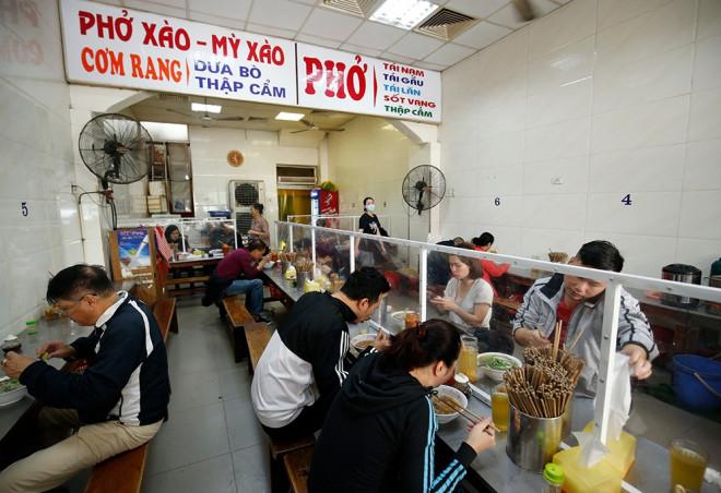 Hà Nội: Quán ăn, cafe trong nhà được mở cửa trở lại từ 0 giờ ngày 2/3 - Ảnh 1