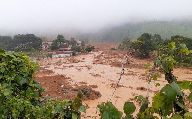 Núi Tà Bang (Quảng Trị) xuất hiện vết nứt, di dời khẩn cấp nhiều hộ dân - Ảnh 1