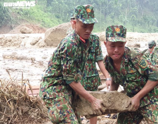 Toàn cảnh vụ sạt lở kinh hoàng khiến 22 người chết và mất tích ở Quảng Nam - Ảnh 12