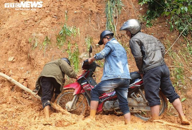 Toàn cảnh vụ sạt lở kinh hoàng khiến 22 người chết và mất tích ở Quảng Nam - Ảnh 2