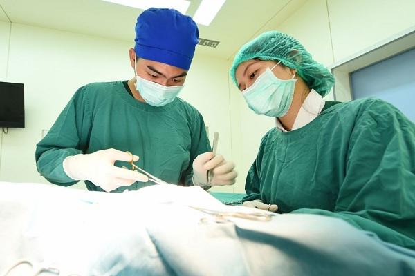 Sản phụ sau sinh người lúc nào cũng bốc mùi, đến khi đi khám bác sĩ lôi ra vật đen sì, chậm vài ngày có thể mất mạng - Ảnh 1