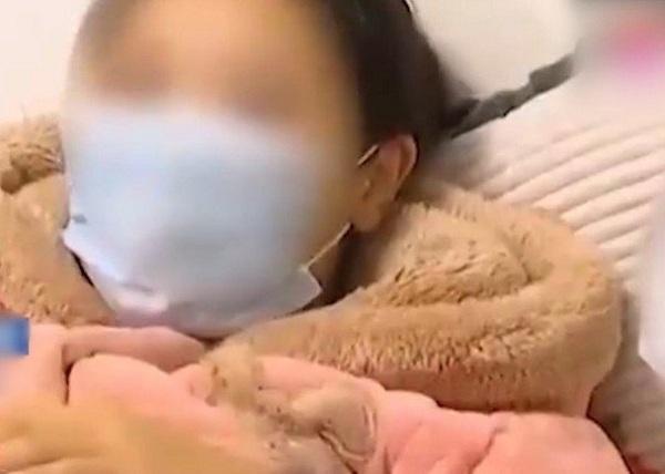 Sản phụ sau sinh người lúc nào cũng bốc mùi, đến khi đi khám bác sĩ lôi ra vật đen sì, chậm vài ngày có thể mất mạng - Ảnh 2