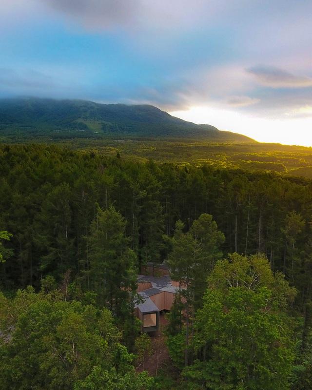 Nhà nghỉ dưỡng bằng gỗ ẩn mình giữa rừng cây ở Hokkaido, Nhật Bản - Ảnh 1