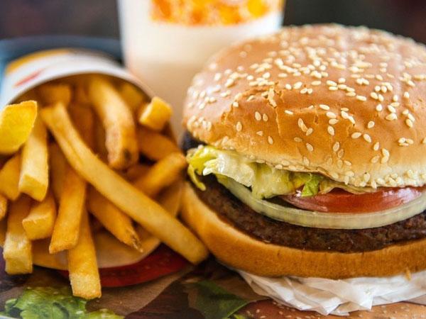 Bé trai ở Hà Nội bị sốc phản vệ sau khi ăn hamburger - Ảnh 1