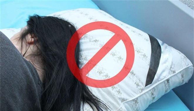 6 thói quen khi ngủ tưởng vô hại nhưng làm giảm tuổi thọ khiến bạn chưa già đã sinh bệnh - Ảnh 1