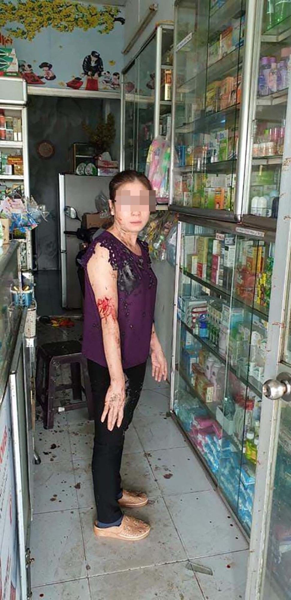 Bắt cặp vợ chồng chủ mưu vụ 6 lần tạt sơn, mắm tôm vào tiệm thuốc tây Sài Gòn - Ảnh 2