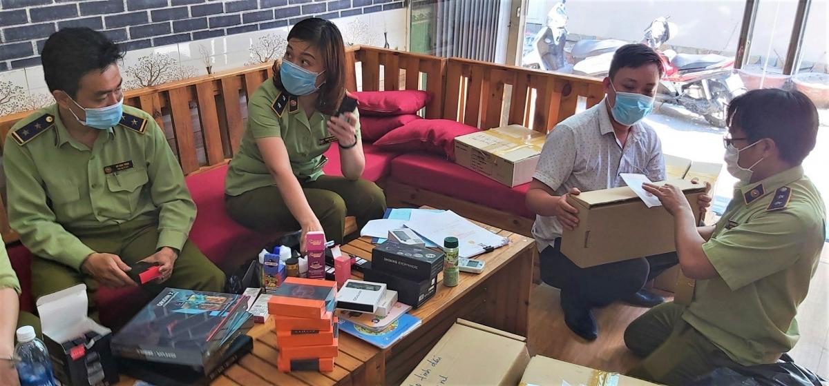 Triệt xóa 3 cơ sở bán thuốc lá điện tử cho học sinh, thu 3.500 sản phẩm - Ảnh 1